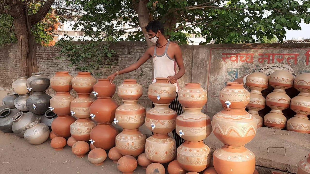 सिविल लाइन रोड पर मटका व्यवसाय करते कुम्हार। - Dainik Bhaskar