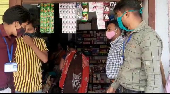 सड़कों पर नहीं थम रही लोगों की भीड़, पुलिस को देख युवक आधी कटिंग कराकर ही दुकान से भाग बांसवाड़ा,Banswara - Dainik Bhaskar