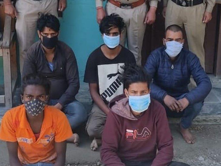 पुलिस गिरफ्त में पांचाें आरोपी। - Dainik Bhaskar