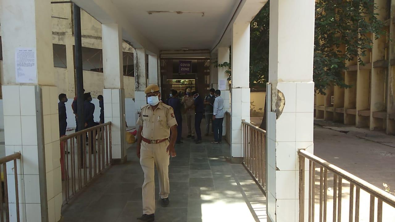 एमजी हॉस्पिटल में आगन्तुकों से सख्त पूछताछ, कलक्टर और एसपी ने किया निरीक्षण|बांसवाड़ा,Banswara - Dainik Bhaskar