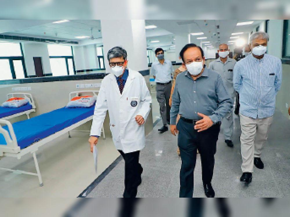 केंद्रीय स्वास्थ्य मंत्री डॉ हर्षवर्धन लेडी हार्डिंग मेडिकल कॉलेज में निरीक्षण के दौरान डॉक्टर के साथ बातचीत करते हुए। - Dainik Bhaskar
