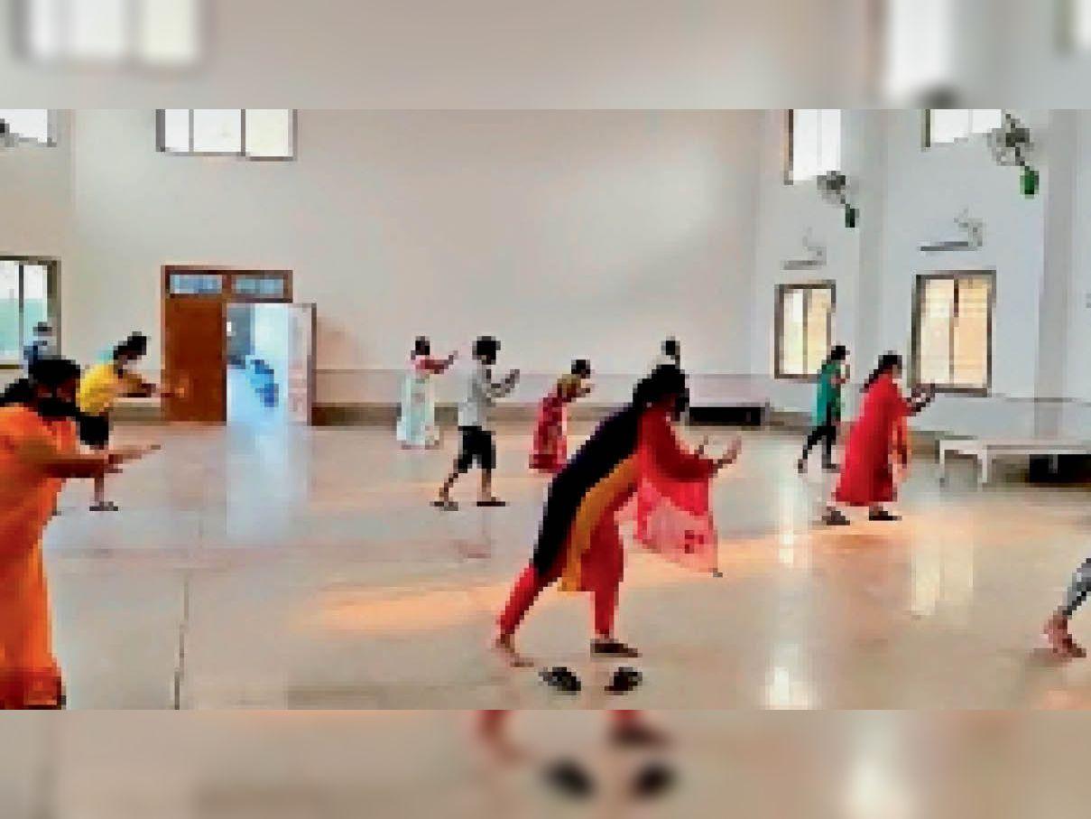धमतरी. आइसोलेशन केंद्र पर जुंबा डांस करते हुए लोग। - Dainik Bhaskar