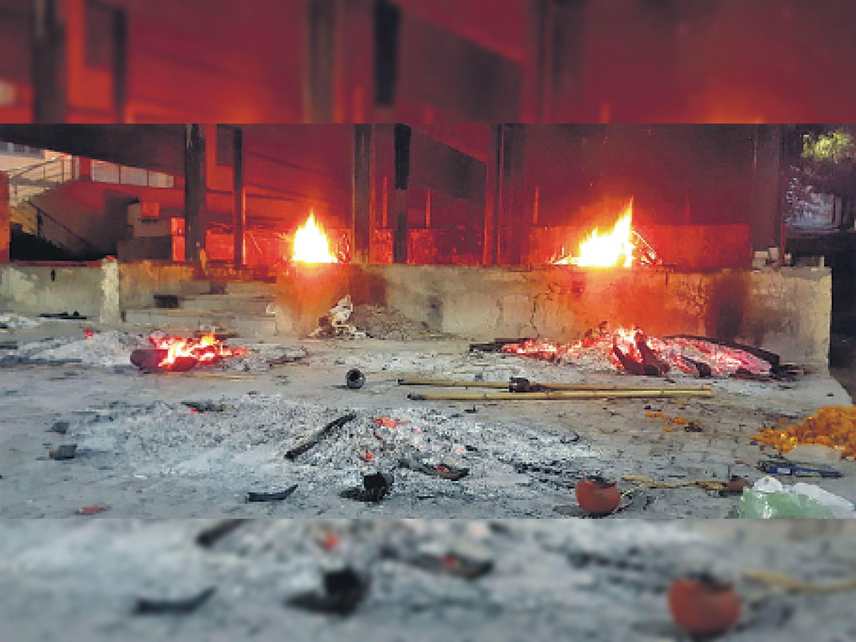 ऋषि घाटी मोक्षधाम में गुरुवार की रात 4 शवों का एक साथ अंतिम संस्कार हुआ। इसमें एक कोविड संक्रमित शव था।  फोटो   रमेश डाबी - Dainik Bhaskar