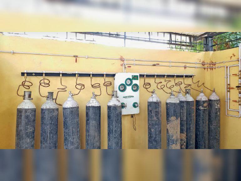 जिला अस्पताल के प्लांट में आपात के लिए 11 जंबो सिलेंडर लगाए गए हैं। - Dainik Bhaskar