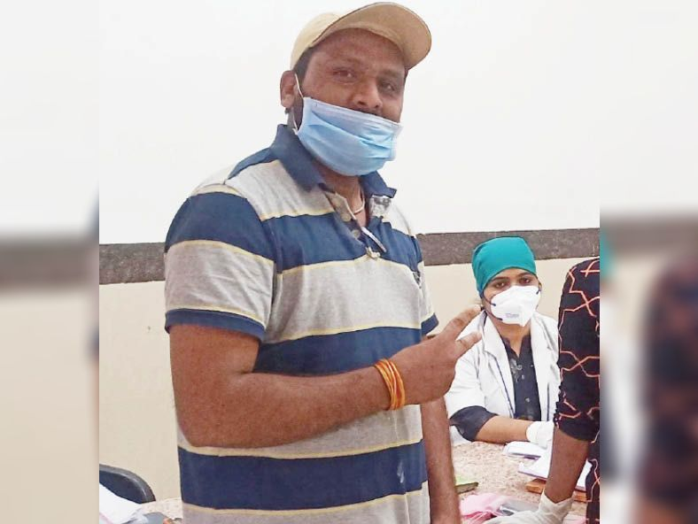 मंगलवार को चरक से डिस्चार्ज हुए उन्हेल के निजी स्कूल के संचालक राकेश जोशी - Dainik Bhaskar