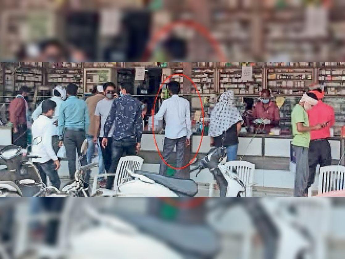 कांकेर। जांच केंद्र से निकल घर न जाकर भीड़ में खड़ा होकर दवा खरीदता वही पाॅजिटिव मरीज। - Dainik Bhaskar