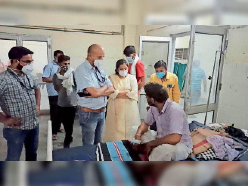 सेंटर में मरीजों से व्यवस्थाओं की जानकारी लेती सभापति व सीएमएचओ। - Dainik Bhaskar