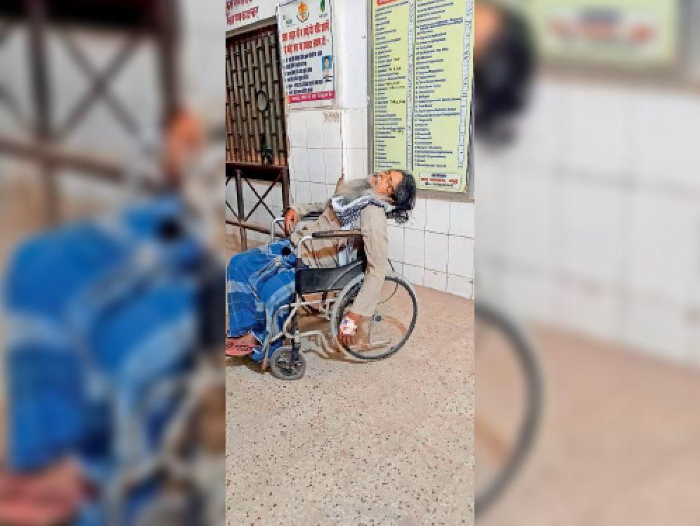 यह बड़ी लापरवाही है: सदर अस्पताल में वहील चेयर पड़ा प्राचार्य का शव। - Dainik Bhaskar