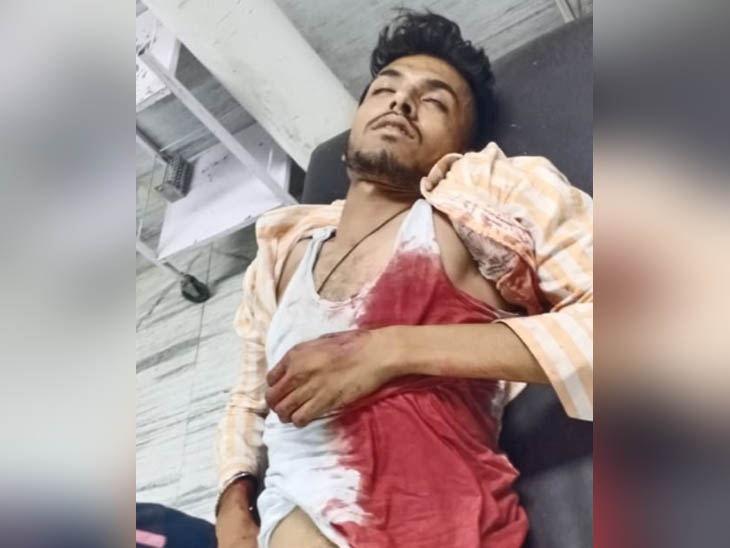 अस्पताल लाया गया लहूलुहान युवक सुखपाल, जिसे डॉक्टर्स ने मृत घोषित कर दिया।