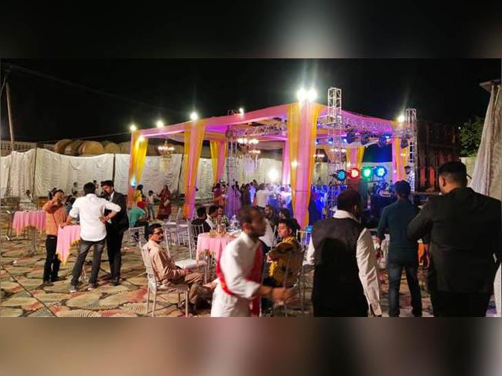 कांगड़ा जिले के गांव सूरजपुर में शादी का आयोजनस्थल, जहां नियम से ज्यादा भीडृ जमा होने पर प्रशासन ने कार्रवाई की है। - Dainik Bhaskar