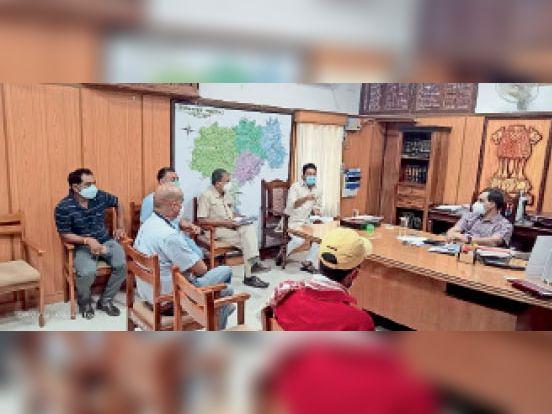 कलेक्टर व अन्य अधिकारियों से चर्चा करते सांसद राहुल कस्वां। - Dainik Bhaskar