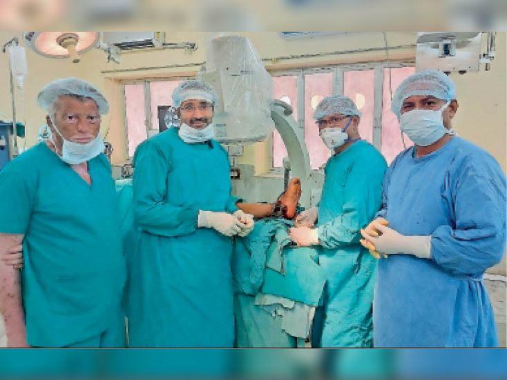 बाड़मेर, युवती का सफल ऑपरेशन करने वाले डॉक्टर। - Dainik Bhaskar
