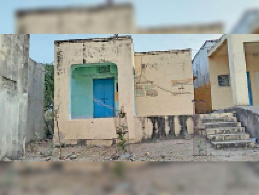 बर. बिराटिया खुर्द में एएनएम पॉजिटिव आने के बाद बंद पड़ा स्वास्थ्य केंद्र। - Dainik Bhaskar
