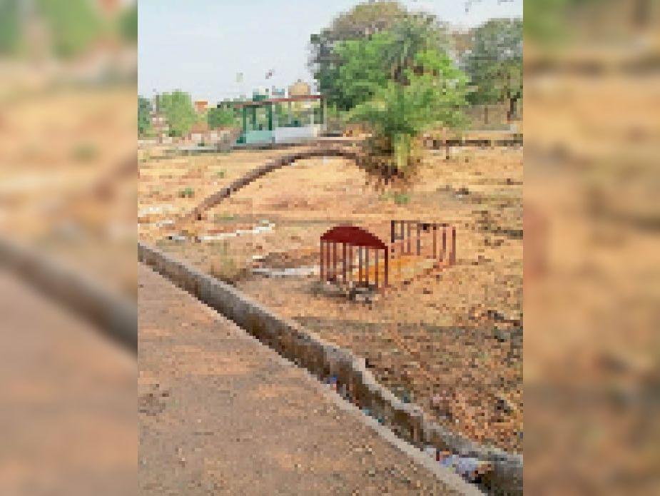 उद्यान की जमीन पर दफनाए गए शव। - Dainik Bhaskar