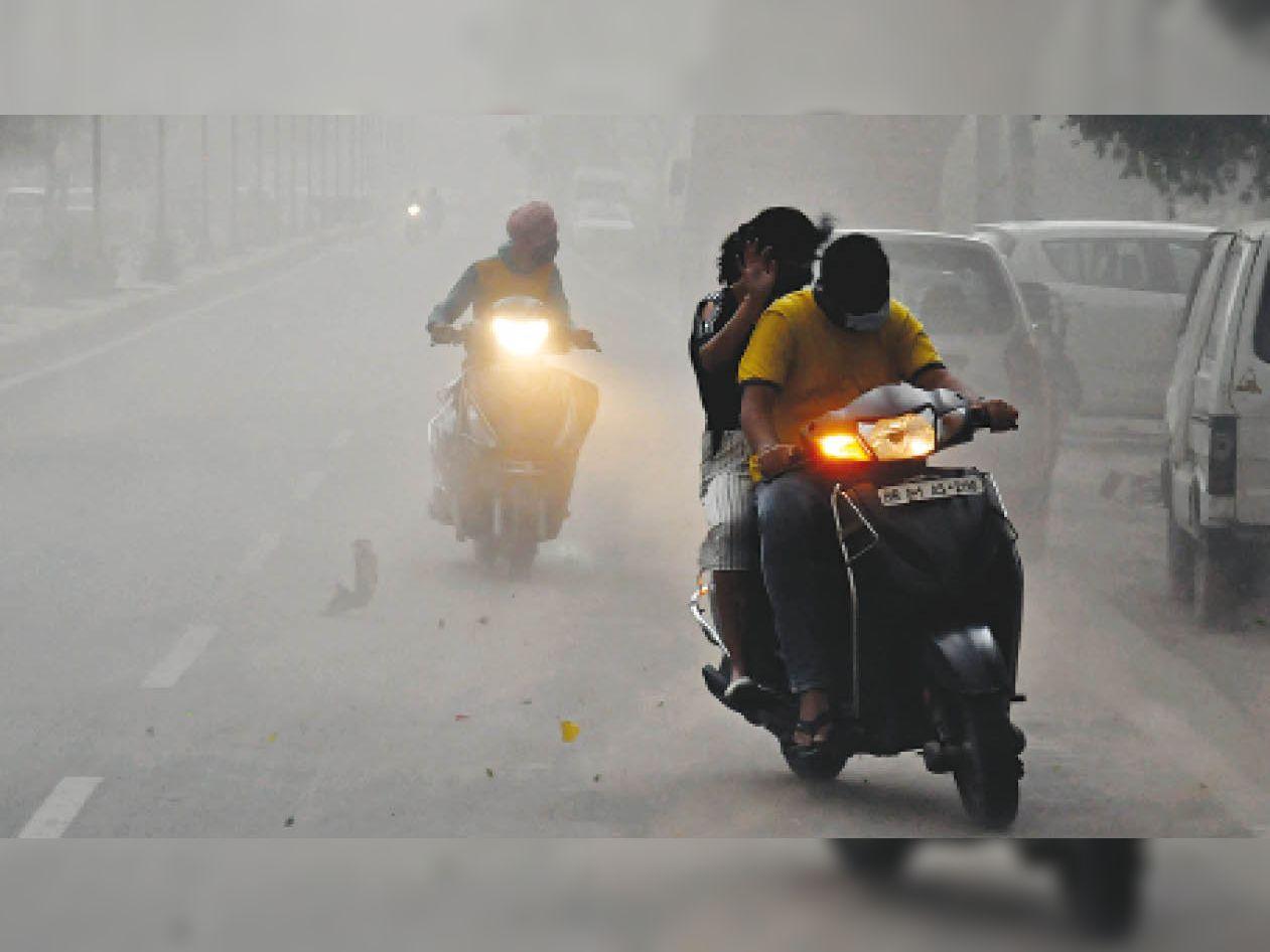 अम्बाला कैंट | शााम के समय चली धूल भरी आंधी से बचने का प्रयास करते वाहन चालक। - Dainik Bhaskar