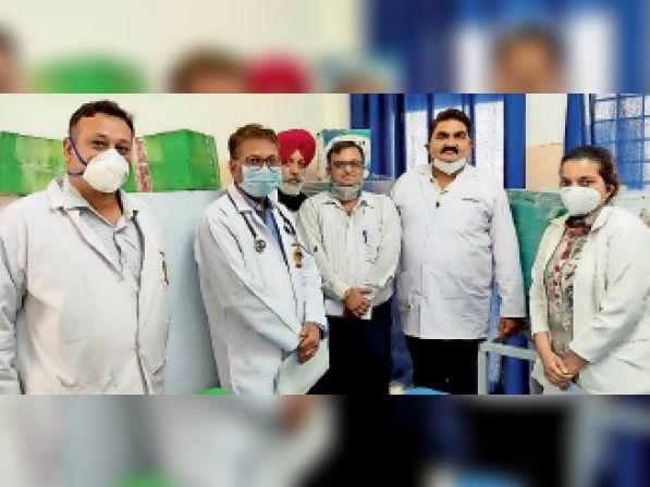 लैब में अत्याधुनिक उपकरणों के साथ मौजूद सीएमओ व अन्य डॉक्टर्स। - Dainik Bhaskar
