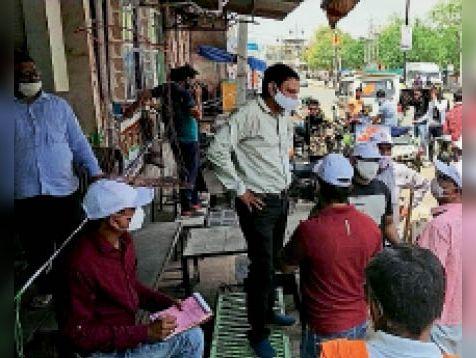 बारां. अस्पताल रोड पर दुकान पर चालान काटते नगर परिषद के कर्मचारी। - Dainik Bhaskar