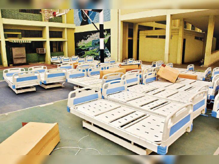 अस्थायी अस्पताल में कुल 550 बेड लगाए जाएंगे जिसमें इलाज के लिए 500 बेड हाेंगे और 50 बेड स्टाफ के आराम करने के लिए उपलब्ध हाेंगे। - Dainik Bhaskar