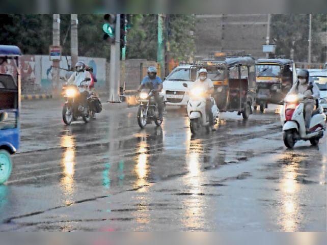 मौसम में बदलाव... हिसार में बूंदाबांदी और कहीं पर सूखा नजर आया। आईजी ऑफिस के पास बूंदाबांदी के दौरान गुजरते वाहन। - Dainik Bhaskar