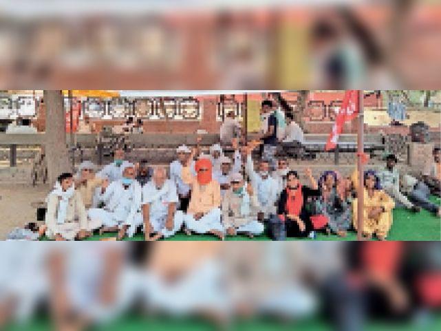 सचिवालय के बाहर धरना देते किसान संगठनाें के पदाधिकारी। - Dainik Bhaskar