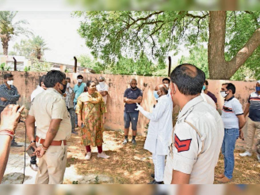 ऋषि नगर श्मशान घाट में पार्किंग की जगह पर कोविड के तहत अंतिम संस्कार करवाने के लिए नगर निगम इंतजाम करने पहुंची तो सेक्टर 14 के स्थानीय लोगों ने एतराज जताया। - Dainik Bhaskar