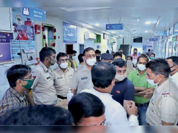हिसार| जिंदल हॉस्पिटल के पास सोनाक्षी हॉस्पिटल में एडमिट बच्ची की इलाज के दौरान हुई मौत पर परिजनों ने हॉस्पिटल में हंगामा किया। मौके पर पहुंची पुलिस। - Dainik Bhaskar