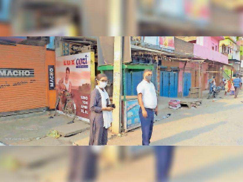 शकुराबाद बाजार बंद में दुकानें बंद कराते अधिकारी। - Dainik Bhaskar
