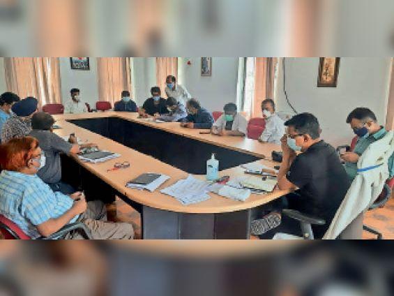 बैठक में मौजूद जिलाधिकारी व अन्य। - Dainik Bhaskar