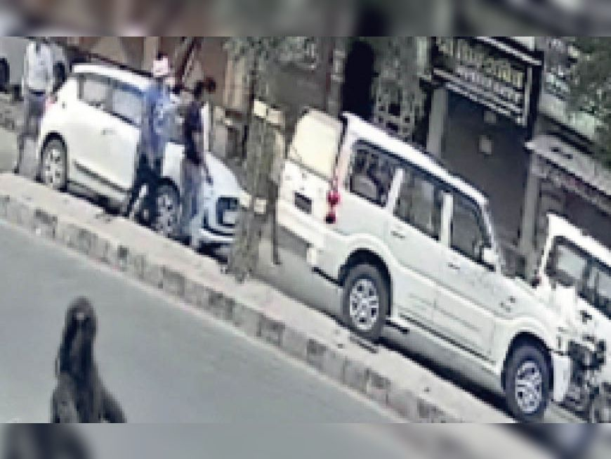 बैंक ठगी मामले में युवक को पकड़ती एसओजी की टीम। - Dainik Bhaskar