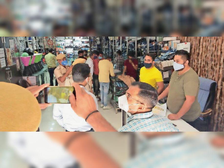 केशवरायपाटन. बाहर बंद अंदर व्यापार, पुलिस ने बंद कराई दुकान। - Dainik Bhaskar