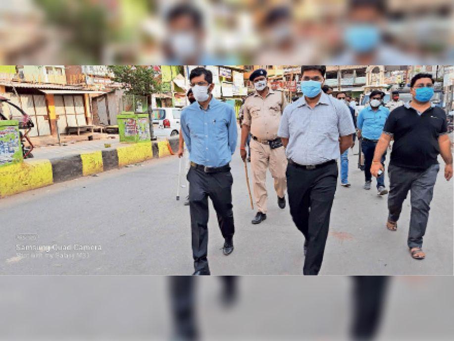 कोरोना गाइडलाइन का पालन कराने के लिए सड़क पर उतरे अधिकारी - Dainik Bhaskar