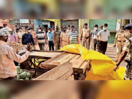 नगर मे शाम 4 बजे के बाद दुकान बंद कराते अधिकारी - Dainik Bhaskar