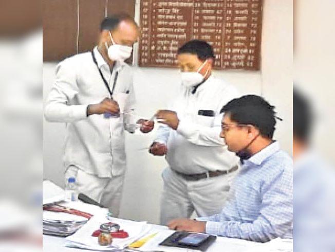 करौली  कलेक्ट्रेट कार्यालय में उपखंड अधिकारी का कोरोना सैंपल लेते टीम। - Dainik Bhaskar
