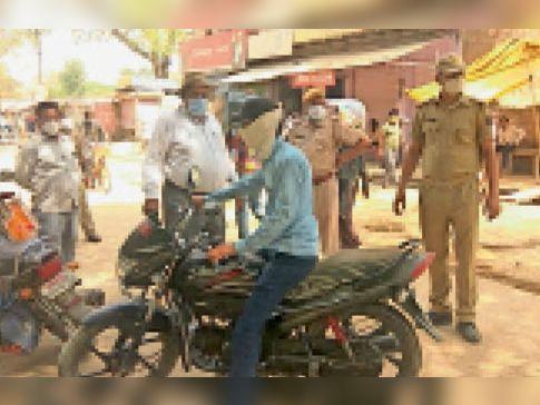 हिंडाैनसिटी  बैरिकेटिंग ताेडकर बाजाराें में पहुंचे वाहनाें का तहसीलदार ने किए चालान। - Dainik Bhaskar