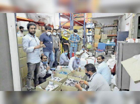 दवाओं की पैकिंग करते कर्मचारी। - Dainik Bhaskar