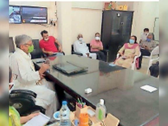 एसडीएम व अधिकारियों की बैठक लेते सांसद रामचंद्र जांगड़ा। - Dainik Bhaskar