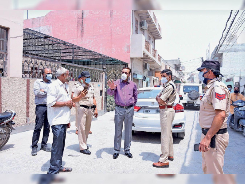 जनता कॉलोनी में मैक्रो कंटेनमेंट जोन में दौरा करते डीसी कैप्टन मनोज कुमार पुलिस अधिकारी। - Dainik Bhaskar