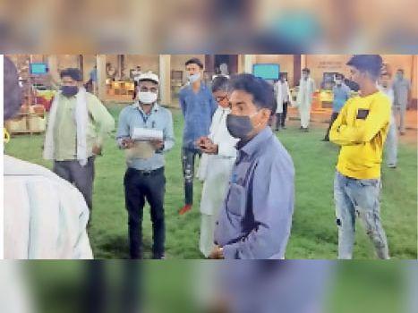 सवाई माधोपुर| कोरोना गाइडलाइन की अवहेलना करने पर शिवम मैरिज गार्डन को सीज करने की कार्रवाई करती राजस्व विभाग की टीम। - Dainik Bhaskar