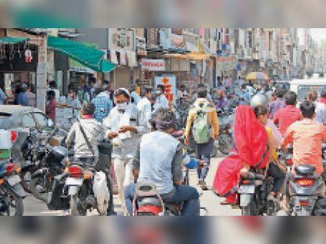 सवाई माधोपुर| बजरिया मुख्य बाजार में कोरोना संक्रमण से बेफिक्र होकर गुरुवार को सुबह आवाजाही करते लोग। - Dainik Bhaskar