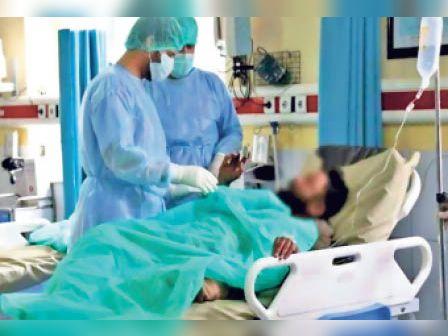 निजी क्लीनिक में इलाजरत मरीज़। - Dainik Bhaskar