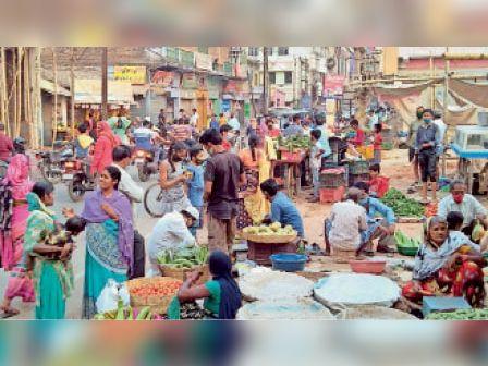 खरीदारी को लेकर सब्जी मंडी में उमड़ी भीड़। - Dainik Bhaskar