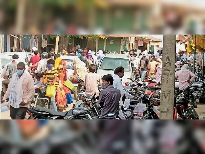देवली| स्थानीय सब्जी मंडी में छूट के दौरान उमड़ी ग्राहकों की भीड़ उड़ी सोशल डिस्टेंस की धज्जियां आधे से अधिक ने नहीं लगा रखे थे मास्क। - Dainik Bhaskar