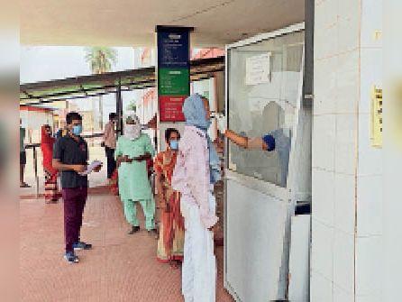 सदर अस्पताल में कोरोना की जांच कराते लोग। - Dainik Bhaskar