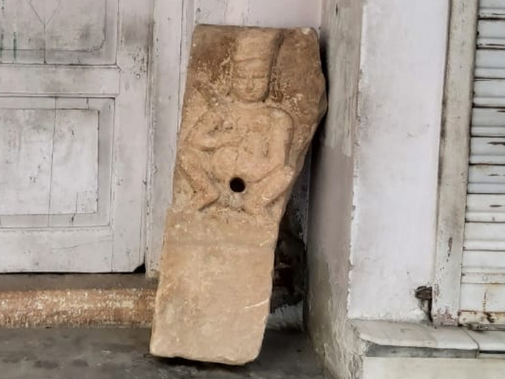 खुदाई के दौरान निकली  भैरूनाथ की मूर्ति। - Dainik Bhaskar