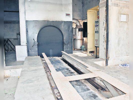 ऊपर रानीताल का जमींदोज हो चुका विद्युत शवदाह गृह व हाथीताल में बना गैस शवदाह गृह। - Dainik Bhaskar
