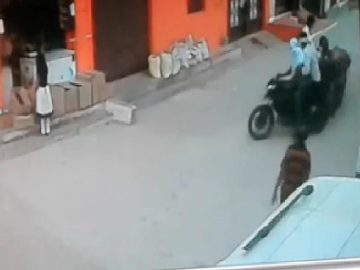 फल खरीद रही महिला पर बाइक सवार झपट्टा मारकर लूट ले गए चेन, CCTV कैमरे में दिखी लूट|ग्वालियर,Gwalior - Dainik Bhaskar