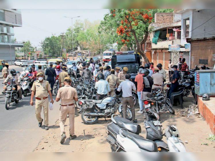 कोटड़ी चौराहा पर वाहन चेकिंग, एएसपी राजेश मील को दस्तावेज दिखाता वाहन मालिक। - Dainik Bhaskar