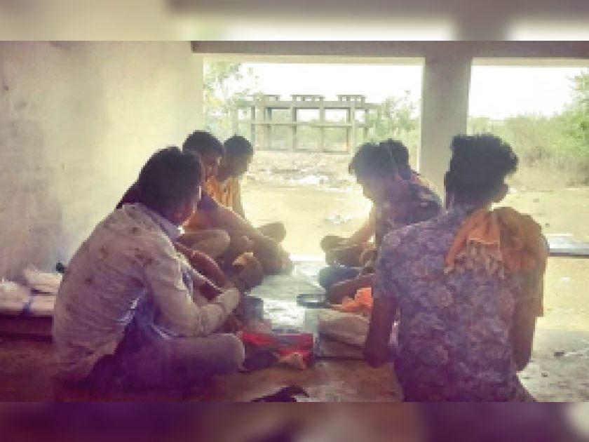 दिनभर शवों का आना जारी रहता है, मुक्तिधाम में ही भोजन करते कर्मचारी। - Dainik Bhaskar