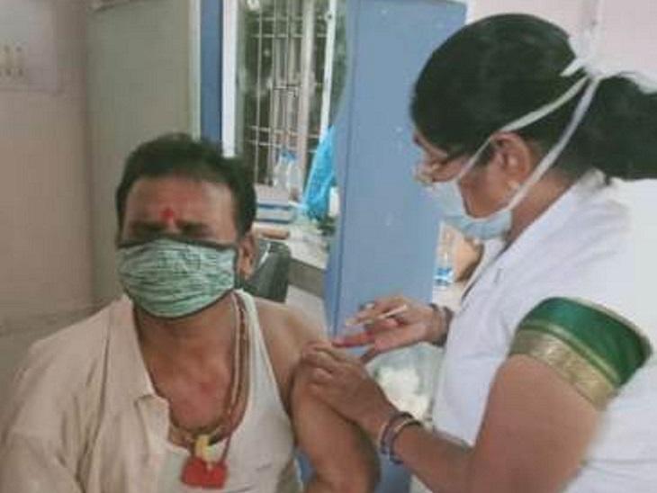 छत्तीसगढ़ के जांजगीर में वैक्सीन लगवाने के 8 दिन बाद किसान संक्रमित हो गया और उसकी मौत हो गई। वैक्सीनेशन करने वाली नर्स का भी पॉजिटिव होने के चलते 6 दिन बाद निधन हो गया। - Dainik Bhaskar