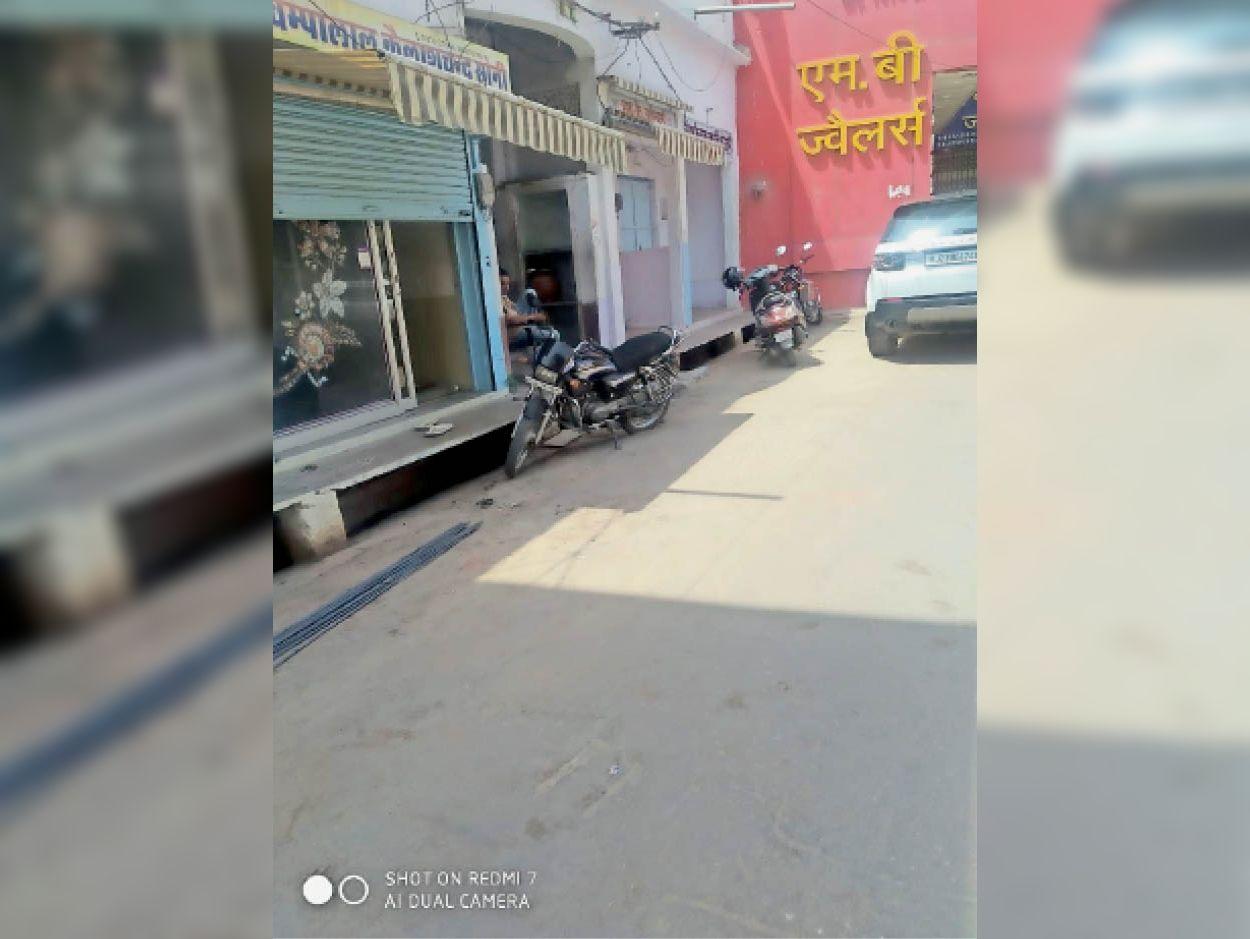 सीकर. शहर में चिरंजी पनवाड़ी की गली क्षेत्र में दुकान का आधा शटर खुला था। - Dainik Bhaskar